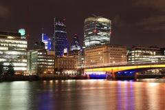 Puente de Londres y la ciudad de Londres en la noche Imagen de archivo