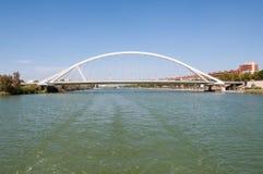 Puente De Los angeles Barqueta nad Guadalquivir rzeką w Seville obrazy royalty free