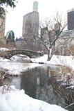 Puente de los edificios y de Gapstow sobre el lago y la nieve helados fotografía de archivo libre de regalías