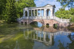 Puente de mármol en el parque de Catherine, Tsarskoe Selo, St Petersburg, Rusia fotos de archivo libres de regalías