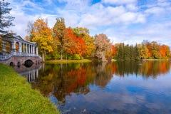 Puente de mármol en follaje del otoño en el parque Pushkin, St Petersburg, Rusia de Catherine fotografía de archivo