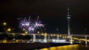 Puente de Macao-Taipa, torre de Macao y fuegos artificiales Fotos de archivo libres de regalías