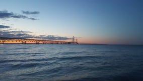 Puente de Mackinac en la puesta del sol del agua foto de archivo