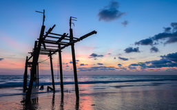 Puente de madera abandonado viejo con el cielo de la puesta del sol del paisaje marino Fotografía de archivo