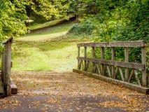 Puente de madera al bosque en la caída fotos de archivo libres de regalías