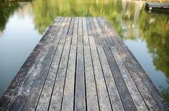 Puente de madera al lago imagen de archivo