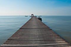 Puente de madera al mar Fotografía de archivo