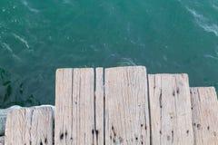 Puente de madera al mar en Sattahip Imagenes de archivo
