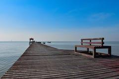Puente de madera al mar para relajarse Fotos de archivo