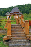 Puente de madera al monasterio del barsana Foto de archivo