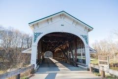 Puente de madera americano cubierto en Sunny Winter Day con el cielo azul foto de archivo libre de regalías