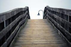 Puente de madera con la lámpara de calle Imagen de archivo