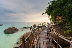 Puente de madera con puesta del sol en la playa de pattaya en Koh Lipe Island Imágenes de archivo libres de regalías