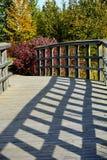 Puente de madera de la calzada en parque Imagen de archivo libre de regalías