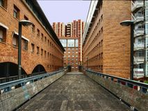 Puente de madera de la ciudad fotografía de archivo libre de regalías