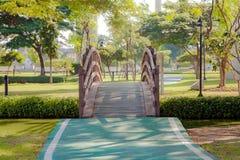 Puente de madera de la pequeña curva en jardín Imagenes de archivo