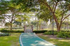 Puente de madera de la pequeña curva en jardín Foto de archivo