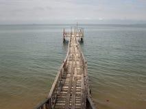 Puente de madera de la playa al mar Imágenes de archivo libres de regalías