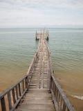 Puente de madera de la playa al mar Fotos de archivo