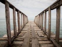 Puente de madera de la playa al mar, primer Imagen de archivo libre de regalías