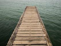 Puente de madera de la playa al mar, primer Fotos de archivo
