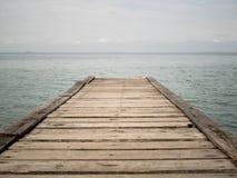 Puente de madera de la playa al mar, primer Fotografía de archivo libre de regalías