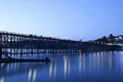Puente de madera de Sangkhlaburi en la provincia de Kanjanaburi, Tailandia, día de la mañana foto de archivo