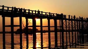 Puente de madera de U Bein en la puesta del sol almacen de metraje de vídeo
