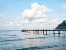 Puente de madera del embarcadero en el mar y el cielo azules Embarcadero sobre el agua Concepto de las vacaciones y del turismo C Imágenes de archivo libres de regalías