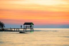 Puente de madera del embarcadero en puesta del sol en la playa de la isla Fotos de archivo