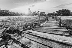 Puente de madera del kaedum viejo blanco y negro Foto de archivo libre de regalías