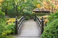 Puente de madera del pie en jardín japonés Fotos de archivo libres de regalías