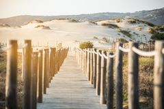 Puente de madera del pie por la playa Fotos de archivo libres de regalías