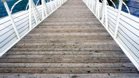 Puente de madera del piso y verja blanca Fotos de archivo libres de regalías