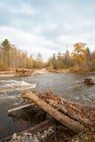 Puente de madera destruido del camino en el área distante del taiga imagenes de archivo