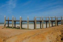 Puente de madera destruido en playa de DA Bordeira del Praia cerca de Carrapateira, Portugal fotografía de archivo