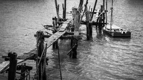 Puente de madera en blanco y negro Imagen de archivo libre de regalías