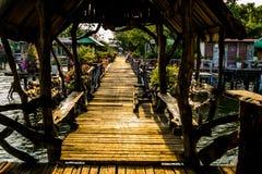 Puente de madera en costa de mar Imagenes de archivo