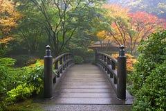 Puente de madera en el jardín japonés en caída Imagen de archivo libre de regalías