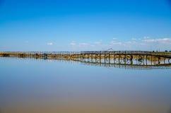 Puente de madera en el lago Fotos de archivo