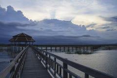Puente de madera en el lago del loto Fotografía de archivo