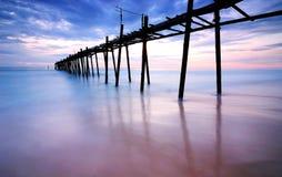 Puente de madera en el mar Imagen de archivo libre de regalías