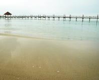 Puente de madera en el mar fotografía de archivo