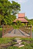 Puente de madera en el parque Imagen de archivo libre de regalías