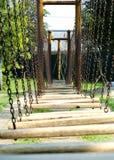 Puente de madera en el patio al aire libre Fotos de archivo libres de regalías