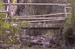 Puente de madera en el río fotos de archivo libres de regalías