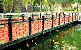 Puente de madera en jardín chino antiguo, puente de madera clásico asiático del chino tradicional en China Imagen de archivo