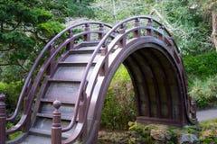 Puente de madera en jardín de té japonés foto de archivo libre de regalías