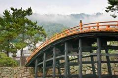 Puente de madera en la capilla de Itsukusima Imagen de archivo libre de regalías