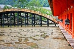 Puente de madera en la capilla de Itsukusima Foto de archivo libre de regalías